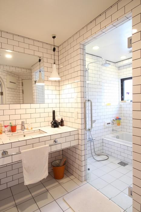 タイルの洗面台とバスルーム