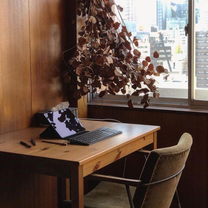 最近は自宅勤務だったため、ダイニングテーブルを窓辺に持ってきて、ワークスペースも作られていました。