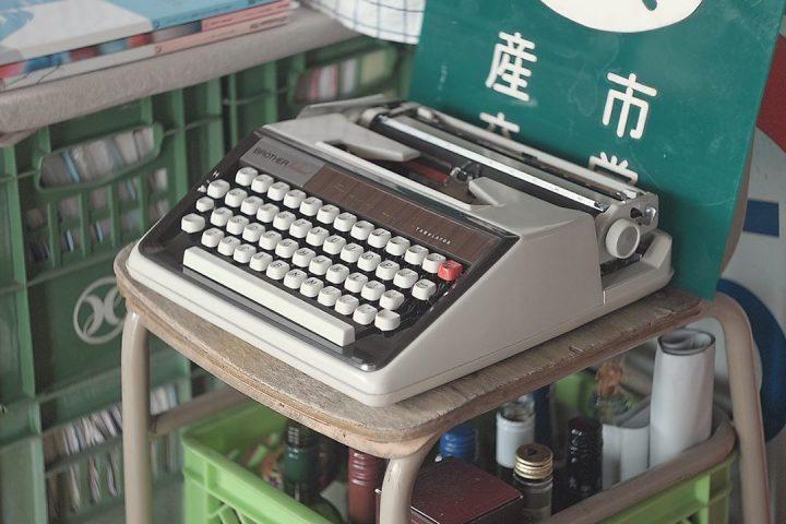古いタイプライター。
