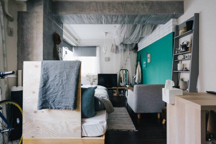 無機質になりがちな壁の一面だけを、気分に合わせて鮮やかな色合いのものに変えることによって、部屋全体のイメージも大きく変わります。壁紙で遊ぶってちょっと手間だけど、「自分で部屋を作ってる」という感じがして面白そう。
