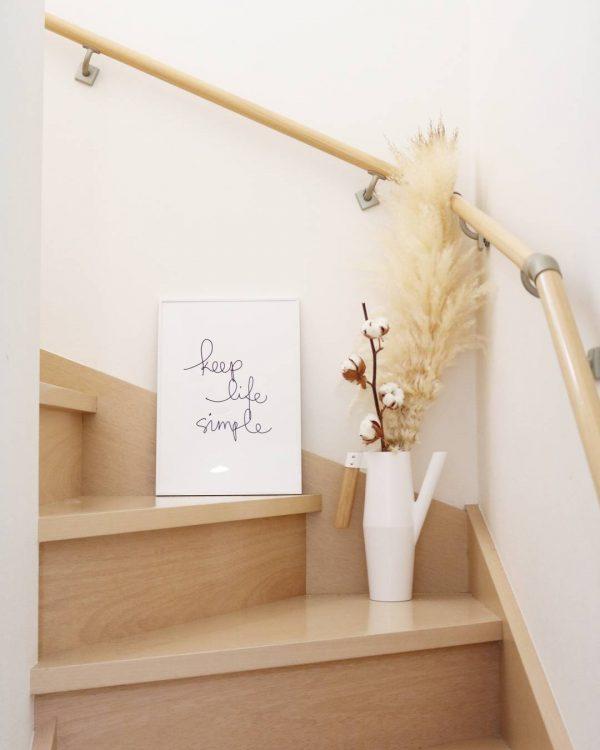 折れ階段の形を生かしたディスプレイ
