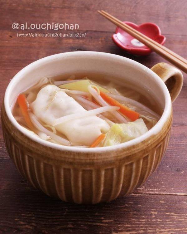 人気の簡単中華レシピ!具沢山餃子スープ