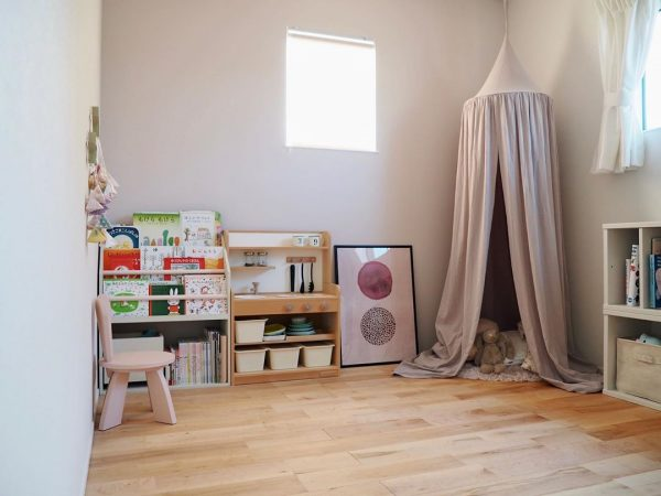 スモーキーな紫を使った子供部屋インテリア