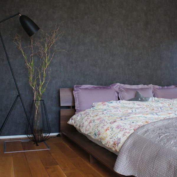 紫の花柄を取り入れた寝室インテリア