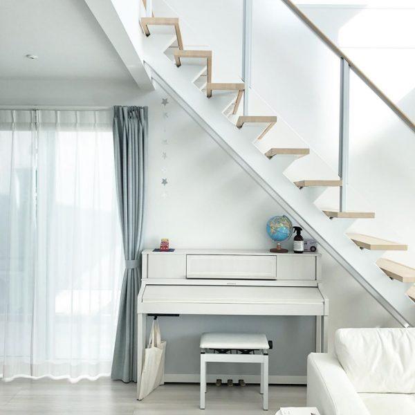 白いピアノが階段下にフィット