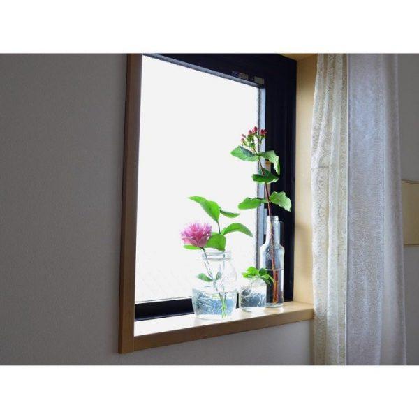 透明ボトルにお花を飾ってお部屋を明るく演出