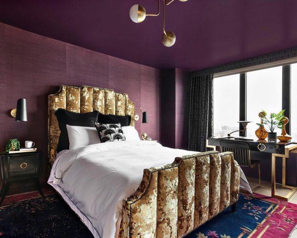 紫でゴージャスな寝室コーディネート