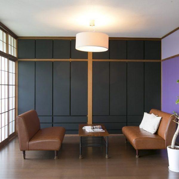 紫の壁でリビングをコーディネート