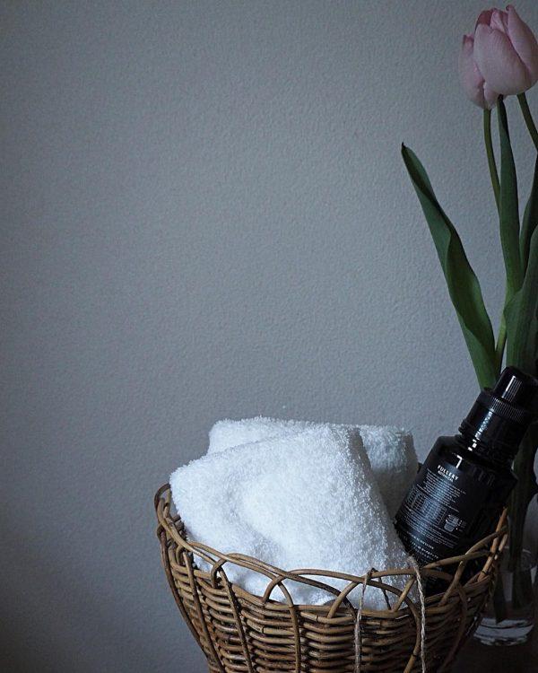 かごを使った見せるタオル収納