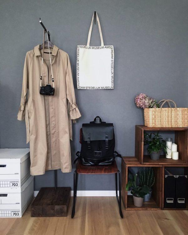 お気に入りのコートやバッグは見せる収納を