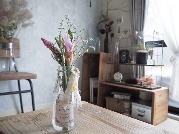 季節の花は空き瓶に無造作に生けるのが◎