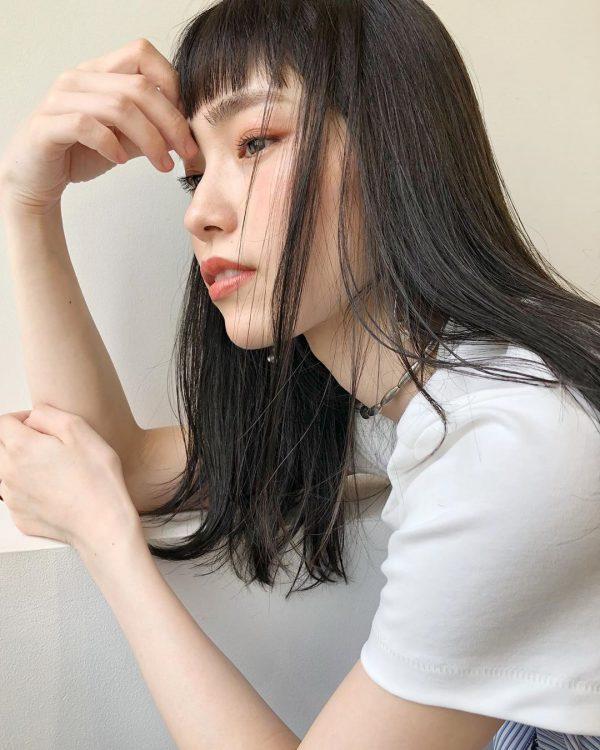 丸顔×クールな雰囲気の黒髪セミロング