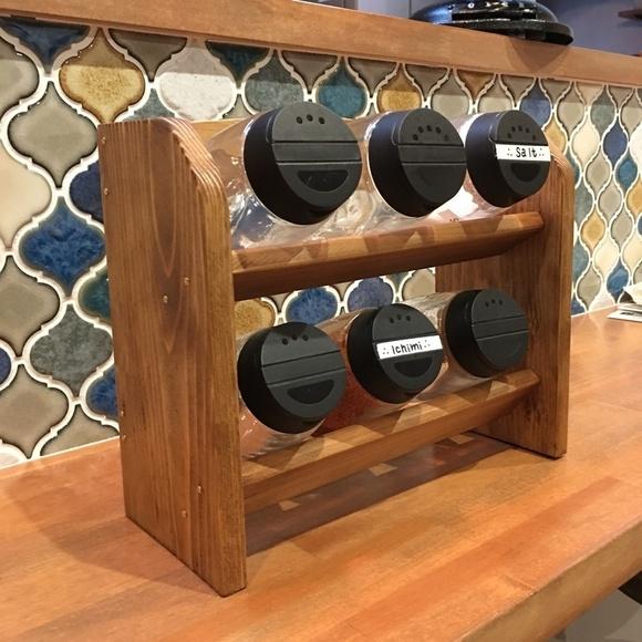 斜めに収納できる木製スパイスラック