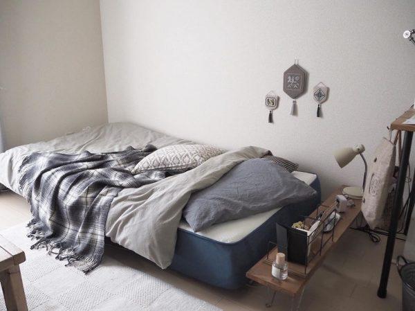 縦長テーブルをベッドに追加して快適に