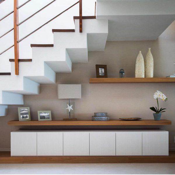 階段下のセンス溢れるディスプレイスペース
