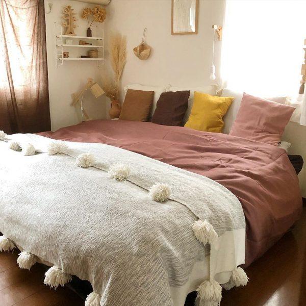 ポンポン付きカバーが可愛いベッドルーム