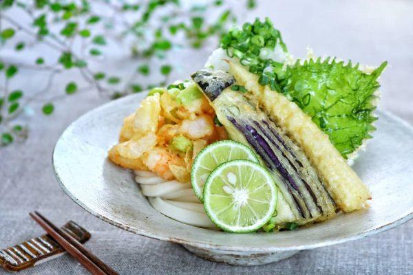 定番人気の冷たい麺レシピ!天ぷらうどん