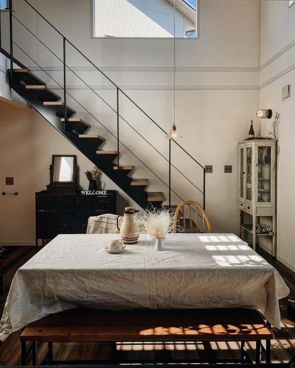 スチール階段×アンティーク家具が好バランス