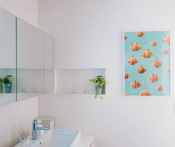 青色アートがある洗面所