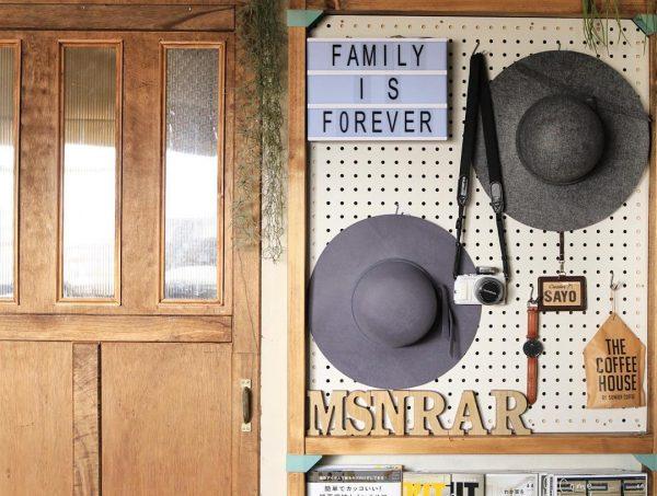 有孔ボードでおしゃれな帽子の収納アイデア