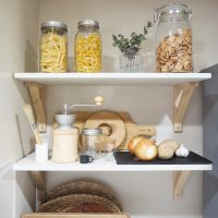 キッチンがすっきりするストック収納アイデア特集!缶詰や買い置き食品のしまい方は?