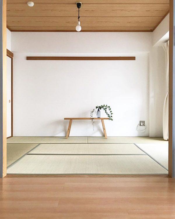 シンプルな床の間にしてくれる白い壁紙の内装