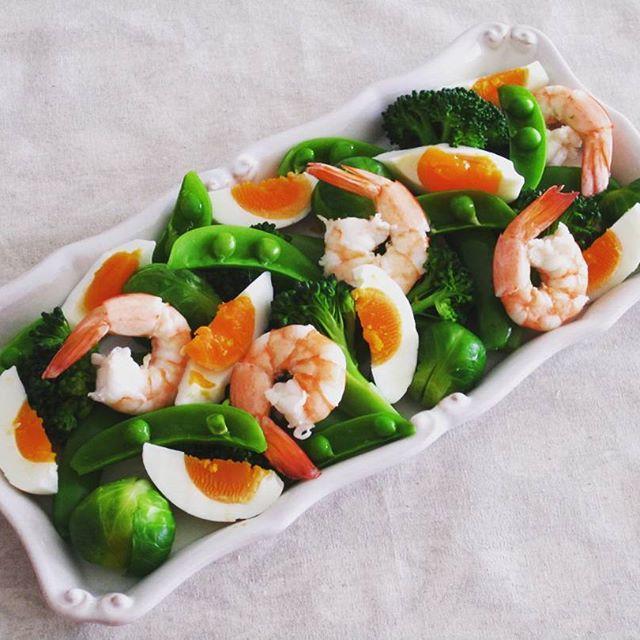 簡単おつまみ!ゆで卵と温野菜のサラダ