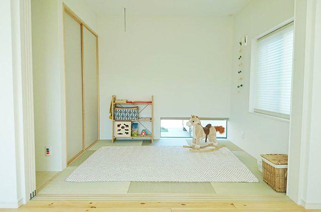 和室に緑色の畳と白い壁紙の内装