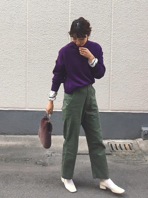 紫ニットトップス×カーキパンツコーデ