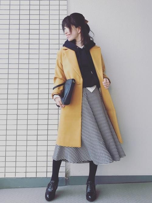 黄色系コート×黒パーカーのレディースコーデ