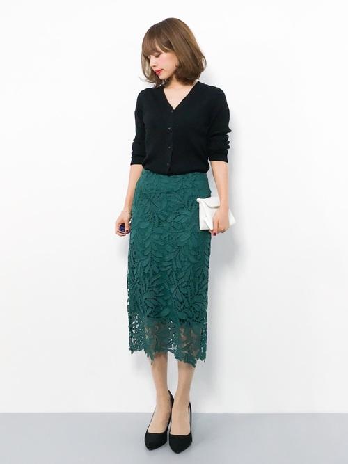 黒カーディガン×緑レーススカートの秋コーデ