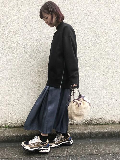 スニーカー×スカートの秋コーデ