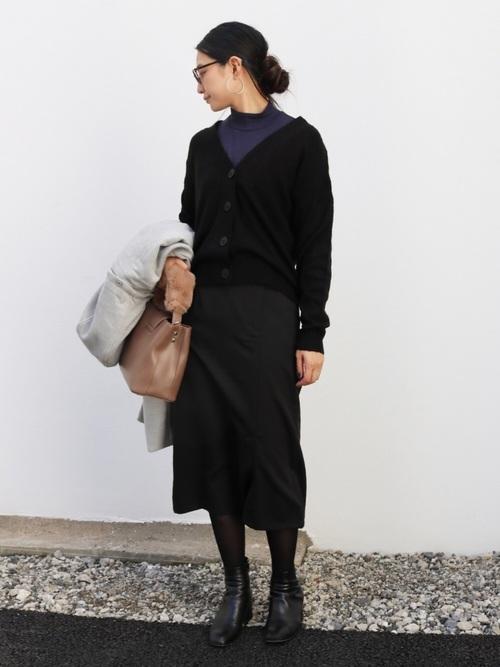 カーディガン+スカート全身黒コーデ