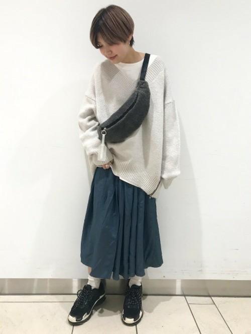 スニーカー×スカートの秋コーデ4