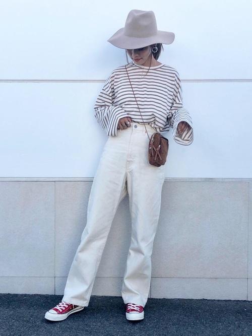 茶色ボーダーTシャツ×白ワイドデニムの秋コーデ