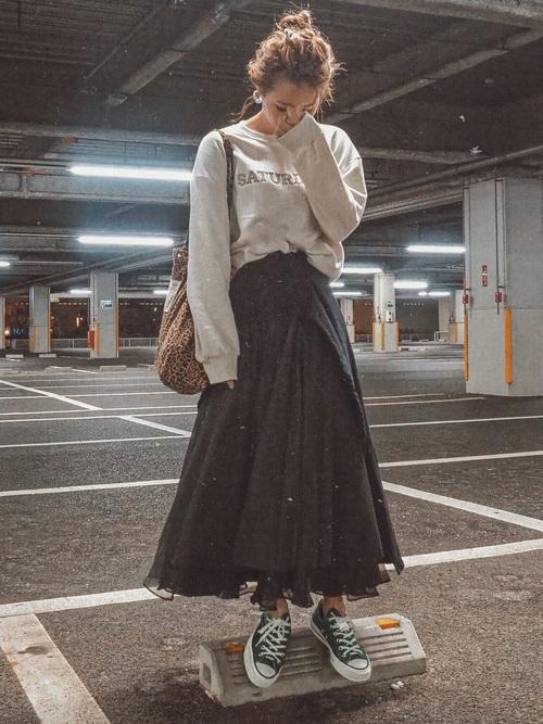 緑スニーカー×デニムフレアスカートの秋コーデ