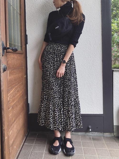 黒スニーカー×柄プリーツスカートの秋コーデ