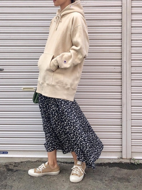 スニーカー×スカートの秋コーデ15