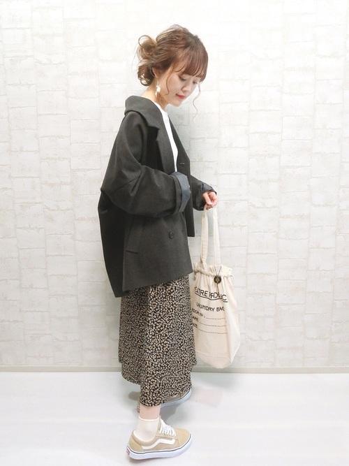 スニーカー×スカートの秋コーデ14