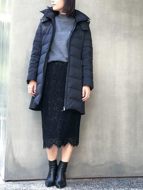ダウンコート+レーススカート全身黒コーデ