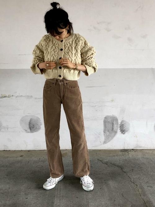白スニーカー×茶色ストレートパンツの秋コーデ