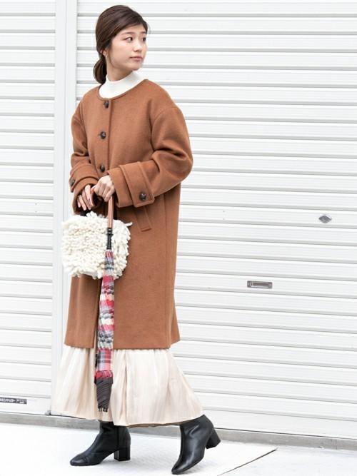 ノーカラーコート×スカートの雨の日コーデ