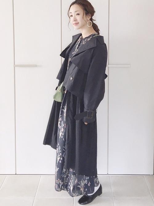 青花柄ワンピース×黒トレンチコートの秋コーデ