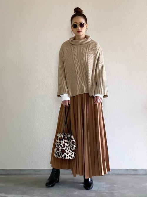 ハイネックスリットニット×プリーツスカート