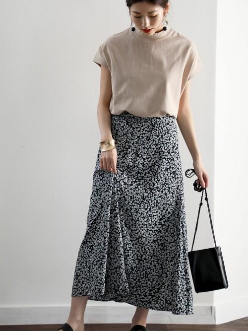 モックネック半袖Tシャツ×小花柄スカート