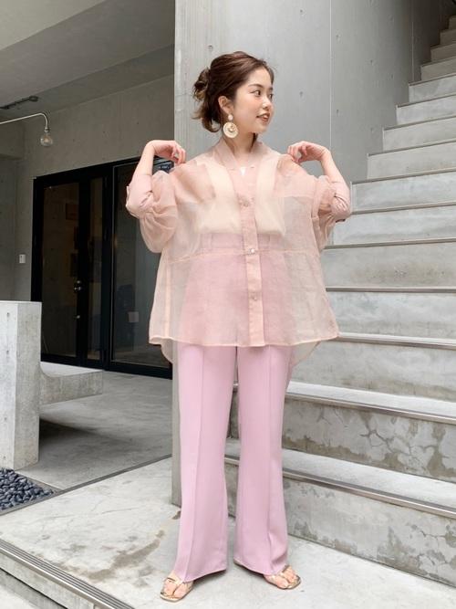 ピンクシアーシャツトップス×パンツコーデ