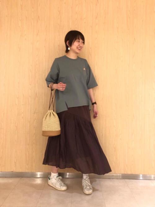 緑Tシャツ+茶色フレアスカートの春コーデ