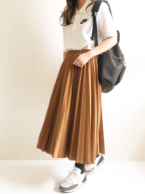 きれいめなプリーツスカートで品良く着こなし