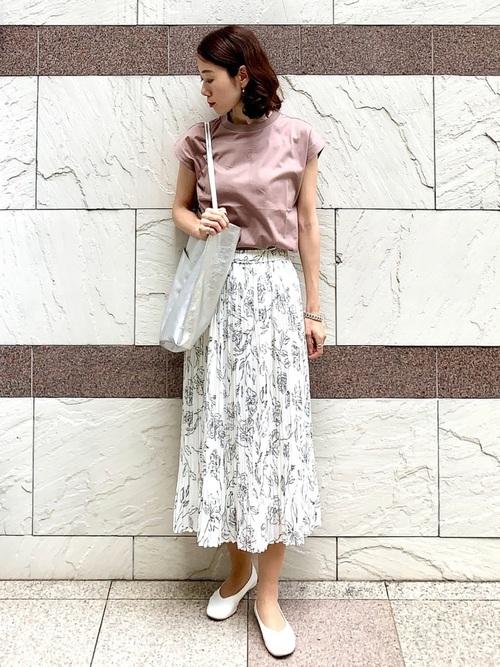 くすみピンクトップス×白花柄スカートコーデ
