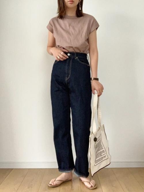 ピンクTシャツトップス×デニムパンツコーデ